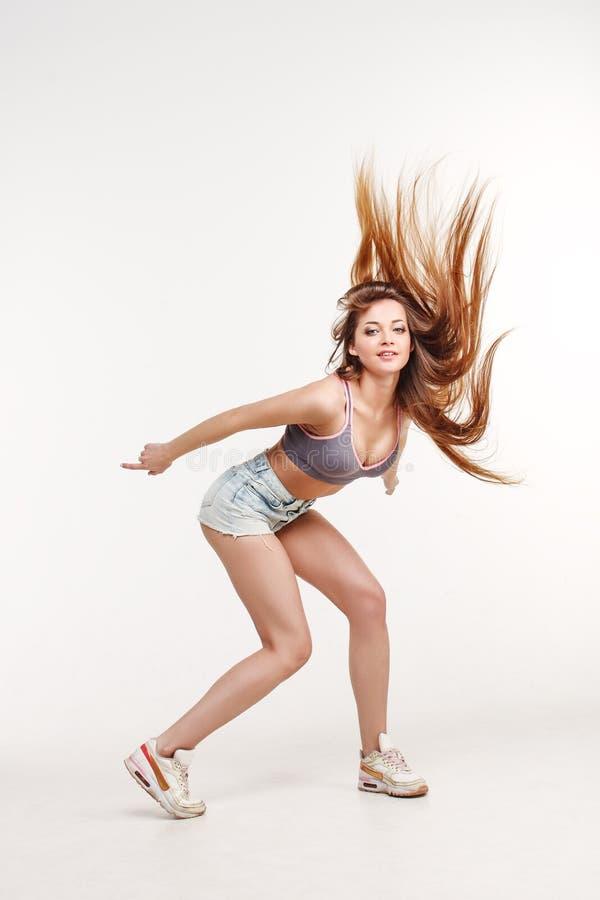 Danseuse de fille de danse avec de longs cheveux Jeune femme élégante dans la tendance photos libres de droits