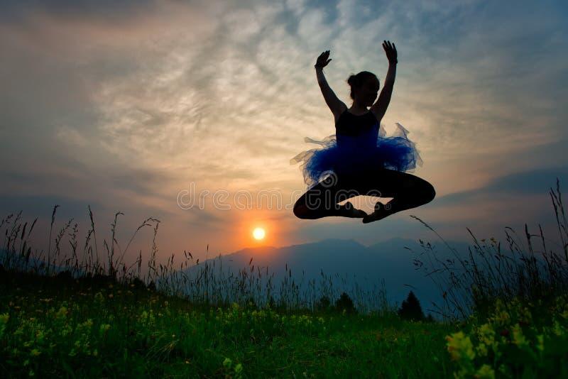 Danseuse de fille en nature au coucher du soleil image stock