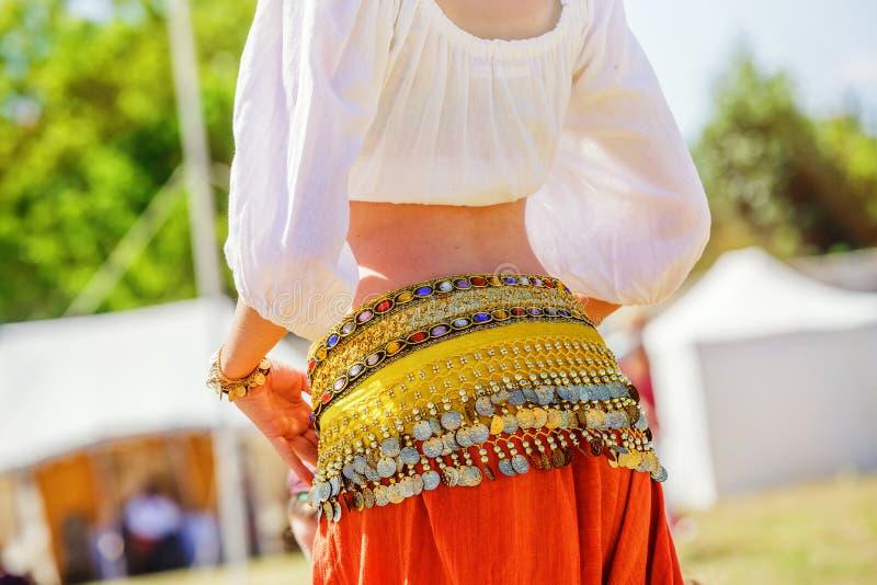 danseuse du ventre utilisant le costume arabe typique photographie stock