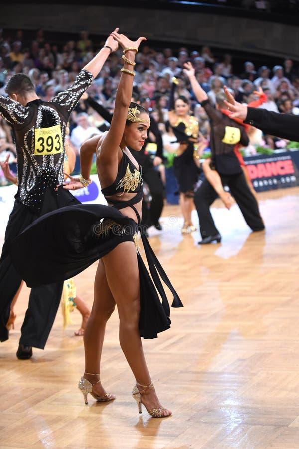 Danseuse latine de femme dans une pose de danse photos stock