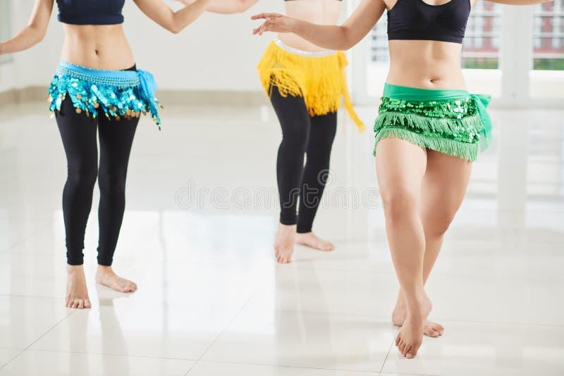 Danseuses du ventre secouant des hanches photos libres de droits