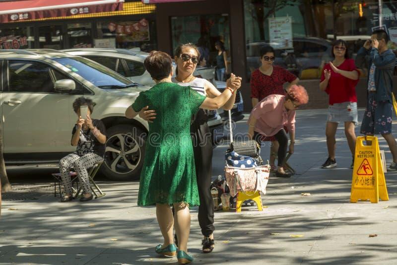 Dansez sur la rue à Changhaï, Chine image stock