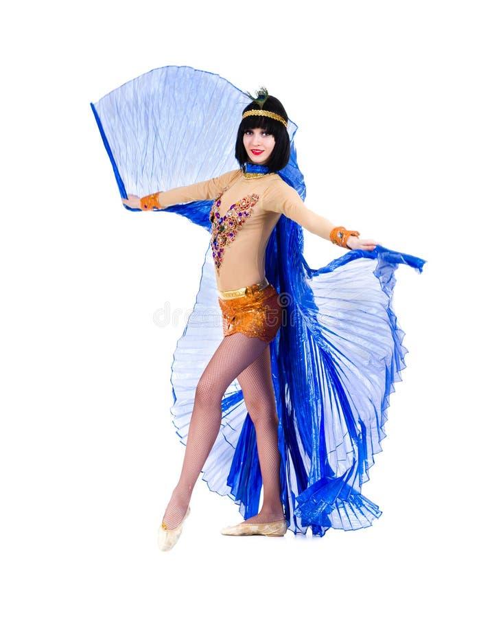 Dansfaraokvinna som bär en egyptisk dräkt. royaltyfri bild