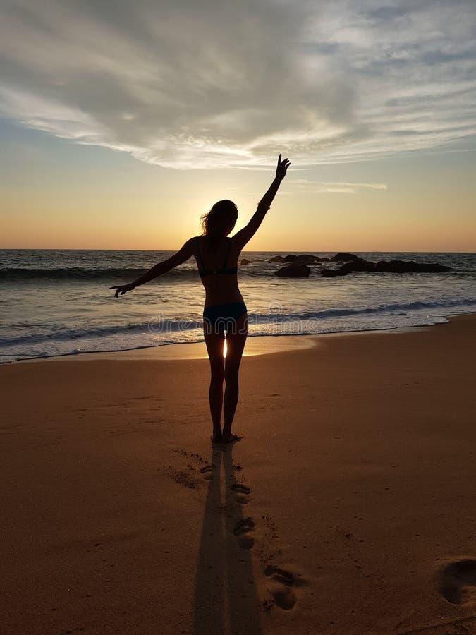 Dansflicka på solnedgången på Indiska oceanen royaltyfri foto