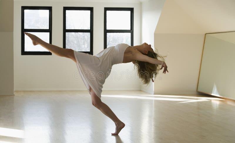 dansglädjekvinna royaltyfria bilder