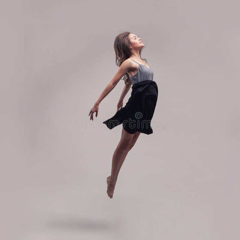 dansing的礼服摆在的年轻美丽的舞蹈家 免版税库存照片