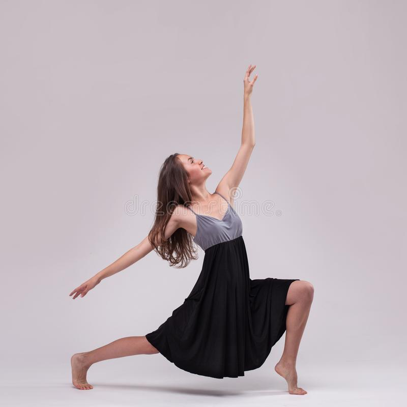 dansing的礼服摆在的年轻美丽的舞蹈家 免版税库存图片