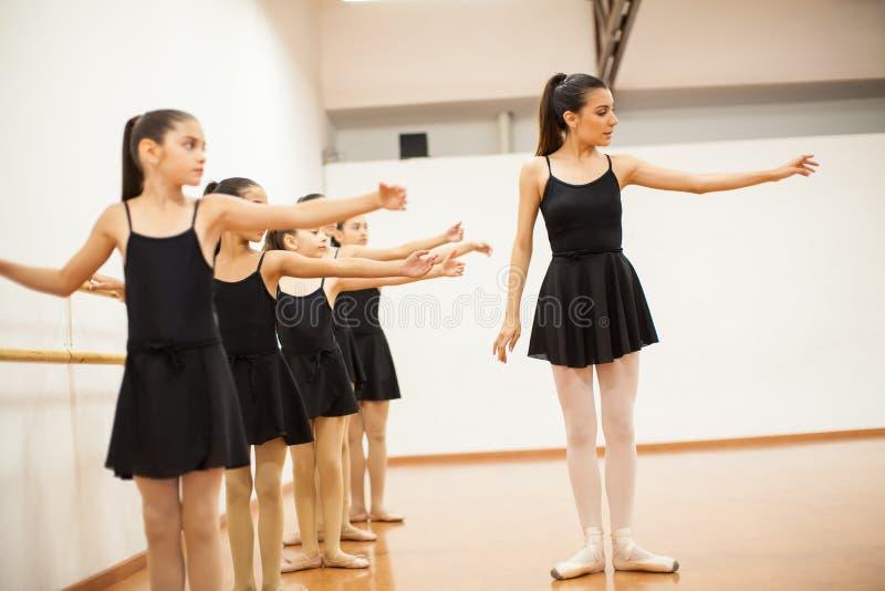 Dansinstruktör med en grupp av flickor royaltyfri foto