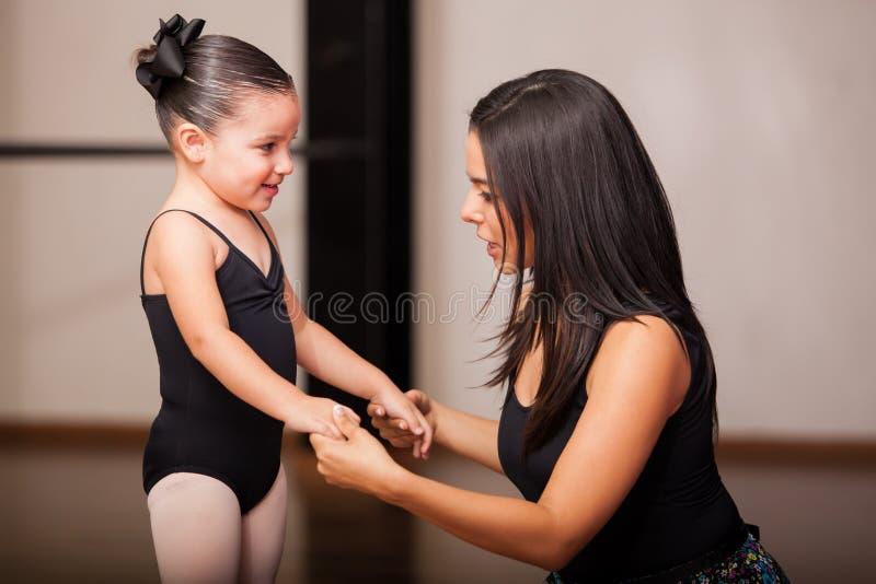 Dansinstruktör med en student royaltyfri bild