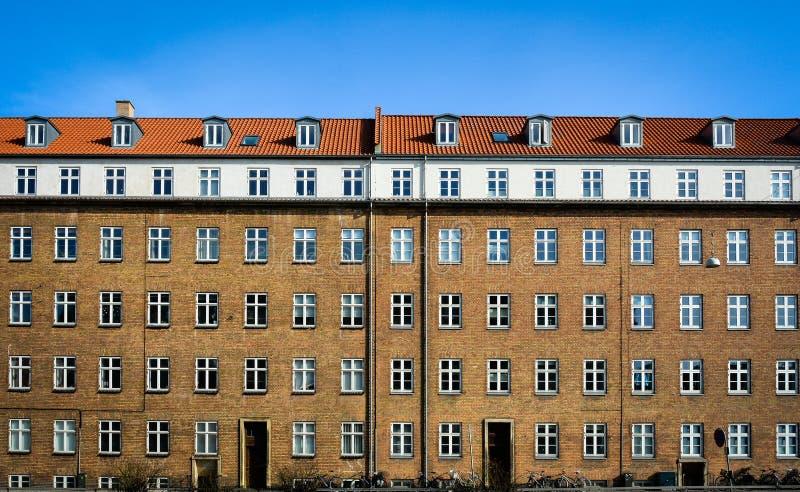 Dansk hyreshus - tegelstenfasad arkivbild