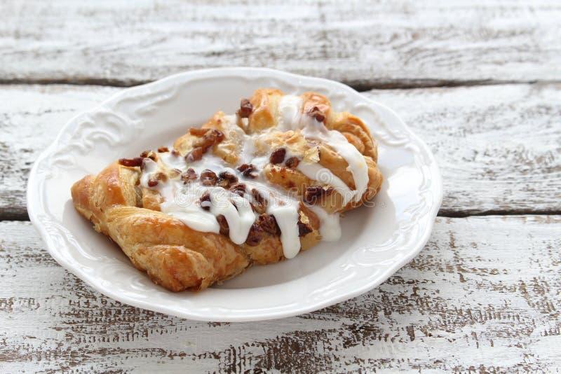 Dansk vaniljglasyr på kaka för pecannöt arkivfoton