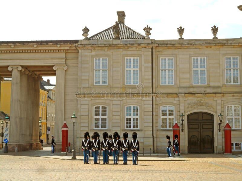 Danska kungliga vakter som ändrar ceremoni på den Amalienborg slotten, Köpenhamn, Danmark royaltyfria foton