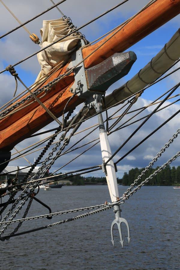 Danskan tre-masted skonaren Loa Delfinslagman i form av en treudd och annan riggningnärbild arkivbilder