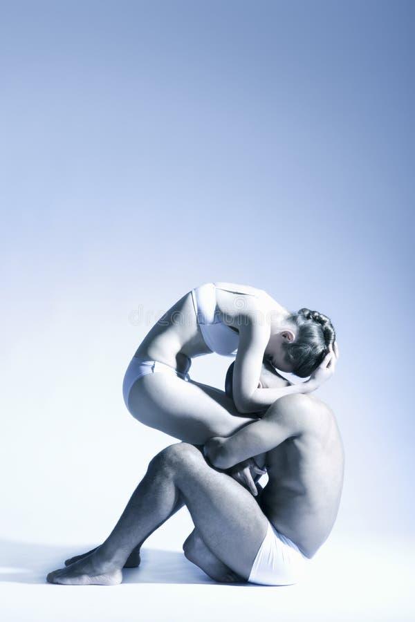 Danspaar die over Blauwe Achtergrond presteren royalty-vrije stock foto