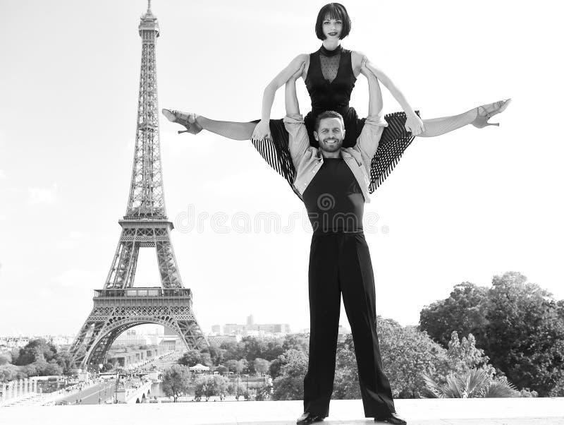 Danspaar voor eifeltoren in Parijs, Frankrijk het beatuiful paar van de balzaaldans in dans stelt dichtbij eifel toren stock afbeelding