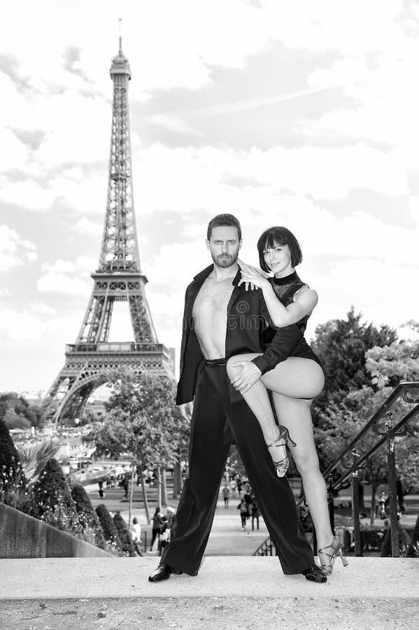 Danspar framme av eifeltornet i paris, Frankrike beatuiful par för balsaldans i dans poserar nära eifeltorn arkivfoto