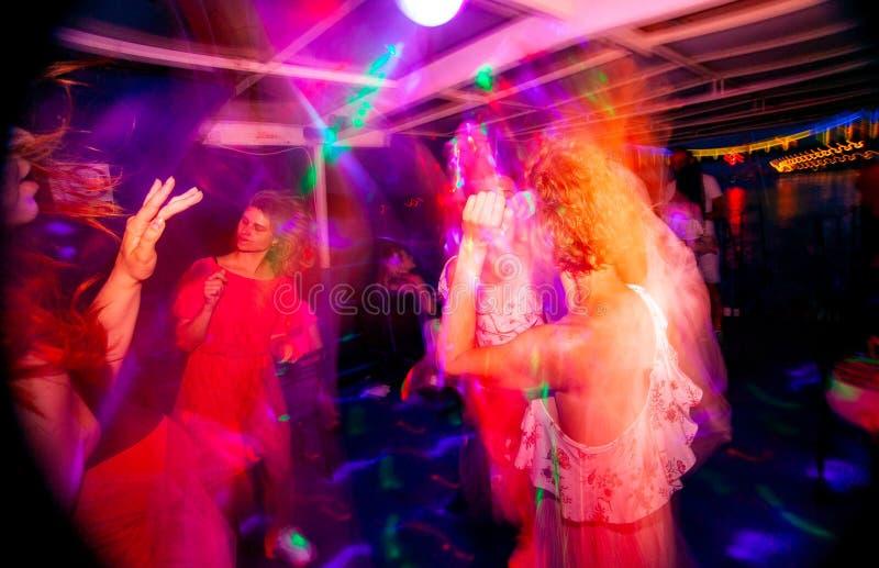 Dansparti i nattklubb i suddig r?relse royaltyfria bilder