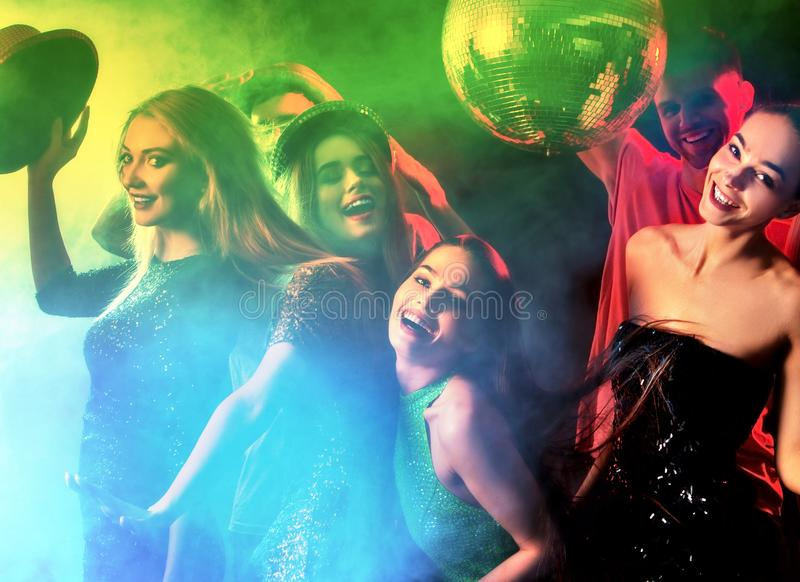 Dansparti med gruppfolk som dansar, och diskobollen arkivbilder