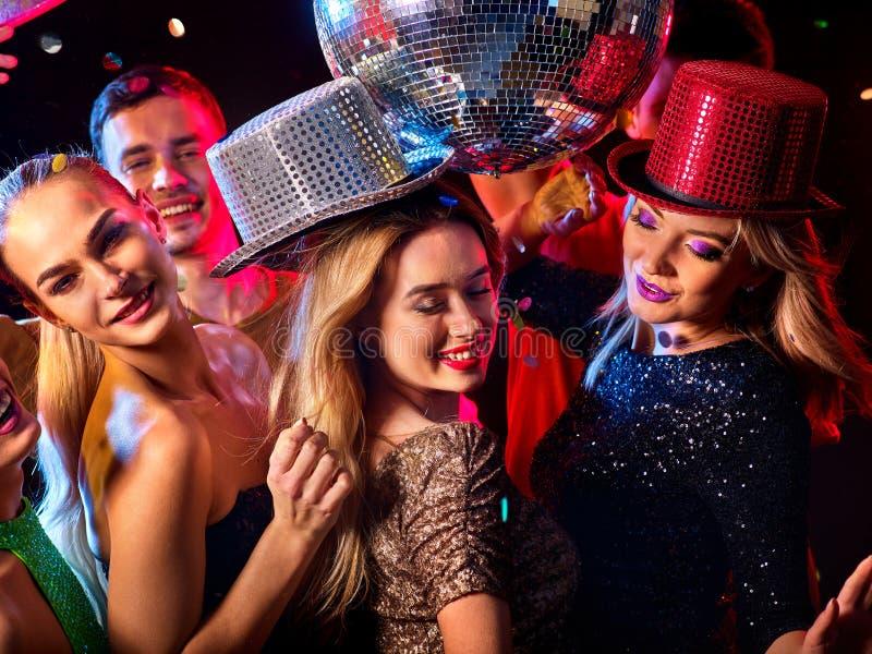 Dansparti med gruppfolk som dansar, och diskobollen arkivbild