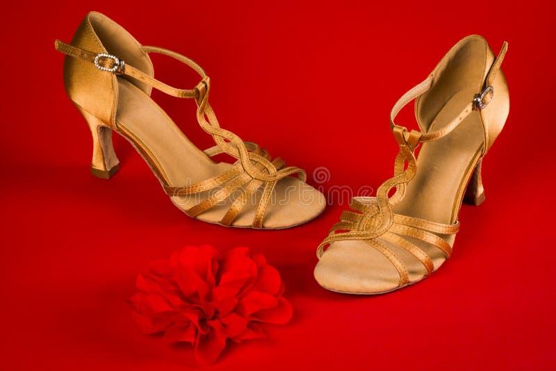 Dansschoenen op rode achtergrond stock foto