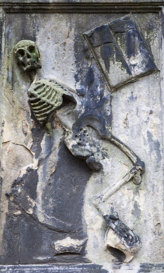 Dansskelett i sten royaltyfri bild