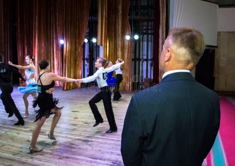 Dansskola Elever tar examina Pojkar och flickor i härliga dansdräkter på etapp arkivbild