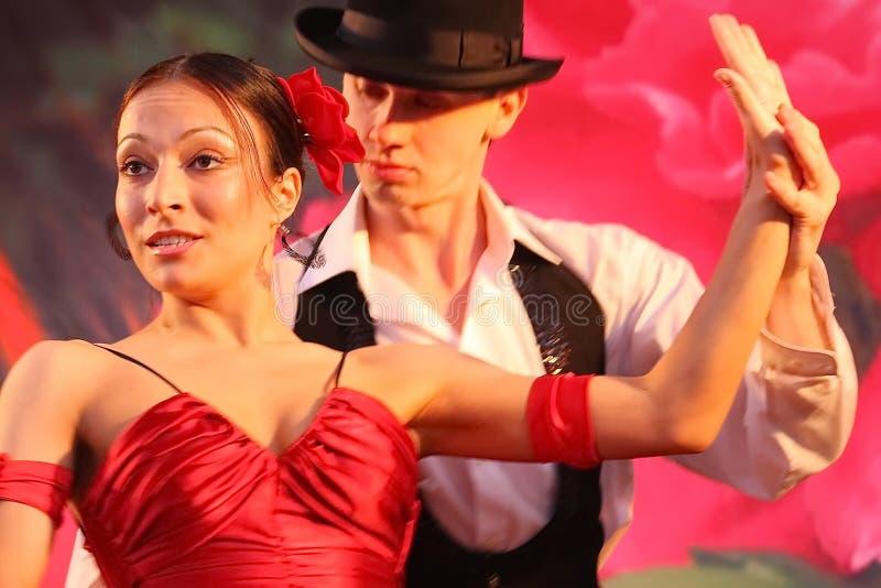 Dansspårvagnsförare utformar det exotiska dansnumret för den nationella dansen i spanjor utfört av helhetdansarna av latin - amer royaltyfri foto