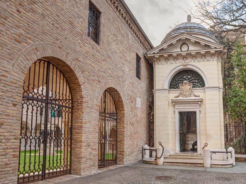 Dante Alighieri-graf in Ravenna, Italië stock foto
