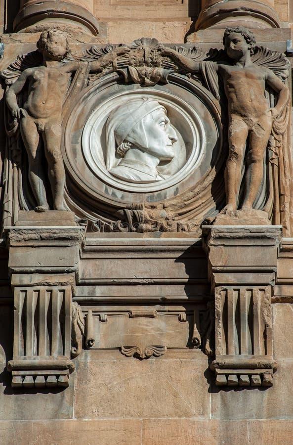 Dante Alighieri marmorizza la medaglia, fra due puttos di pietra fotografia stock libera da diritti