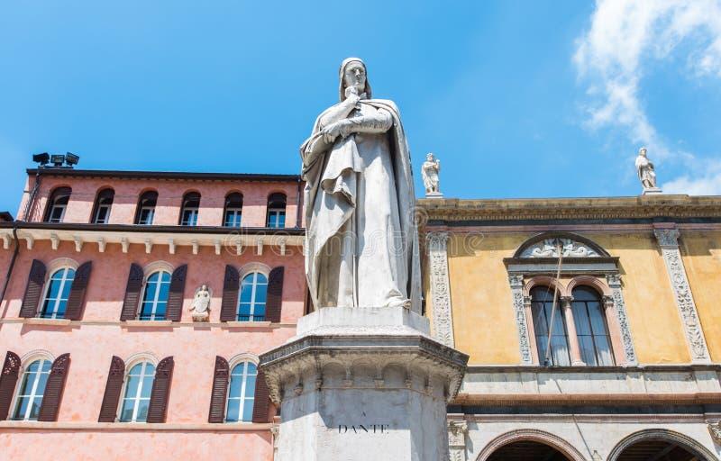 Dante Alighieri, standbeeld in een vierkant van Verona stock afbeeldingen