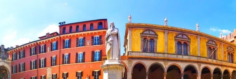 Dante Alighieri, standbeeld in een vierkant van Verona royalty-vrije stock foto's