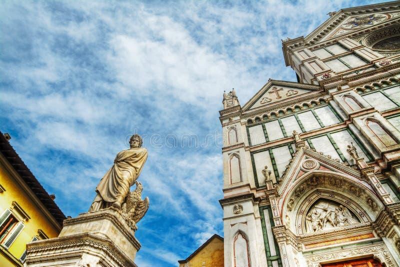 Dante Alighieri-standbeeld en Santa Croce-kathedraal royalty-vrije stock afbeelding