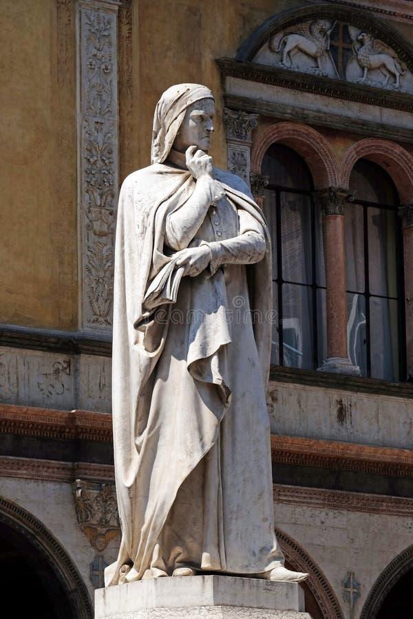 Dante Alighieri Statue en los Signori del dei de la plaza en Verona imagen de archivo libre de regalías