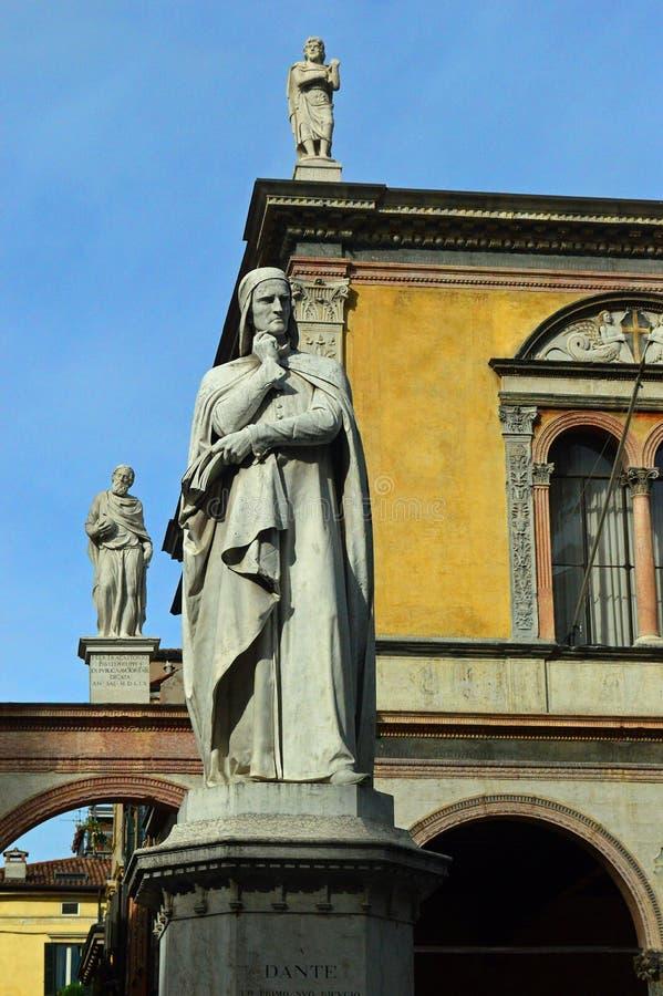 Dante Statue och Loggia del Consiglio på piazzadeiSignori Verona - royaltyfri foto