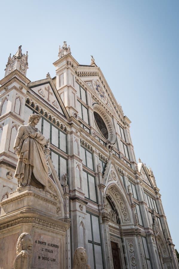 Danthe Alighieri, автор божественной комедии Статуя расположенная перед Santa Croce, Firenze, Италией стоковое изображение