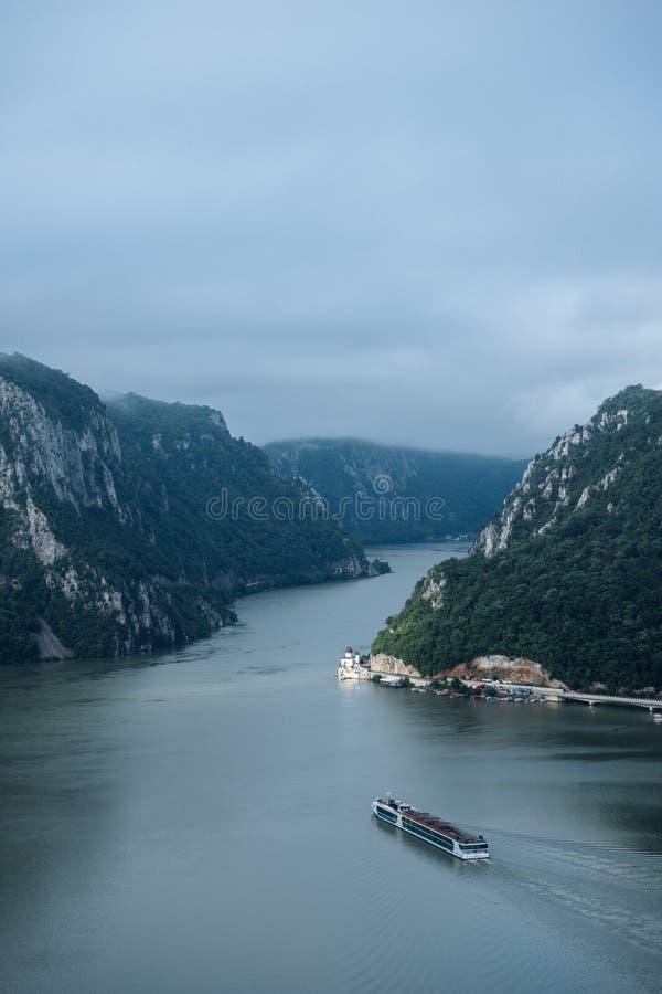 Danube duzi bojlery między Rumunia i Serbia graniczą z Mraconia monasterem na dobrze fotografia royalty free
