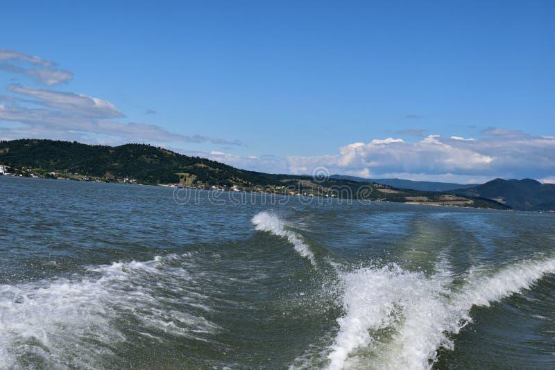 Danube River - o barco marca na água fotografia de stock