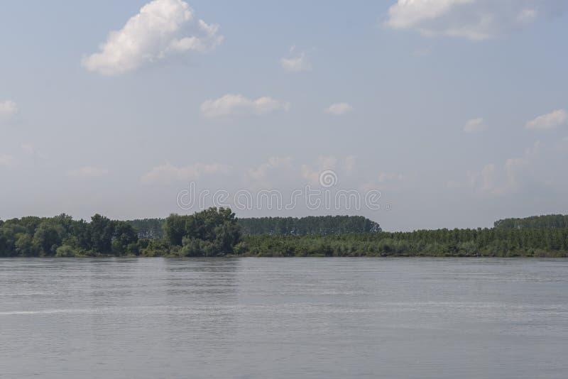 Danube River som passerar till och med staden av Silistra, Bulgarien arkivfoto
