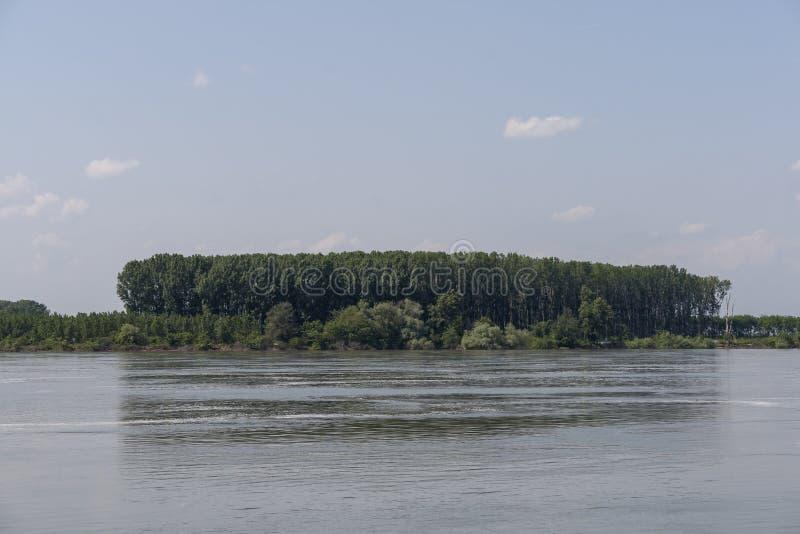 Danube River som passerar till och med staden av Silistra, Bulgarien arkivbilder