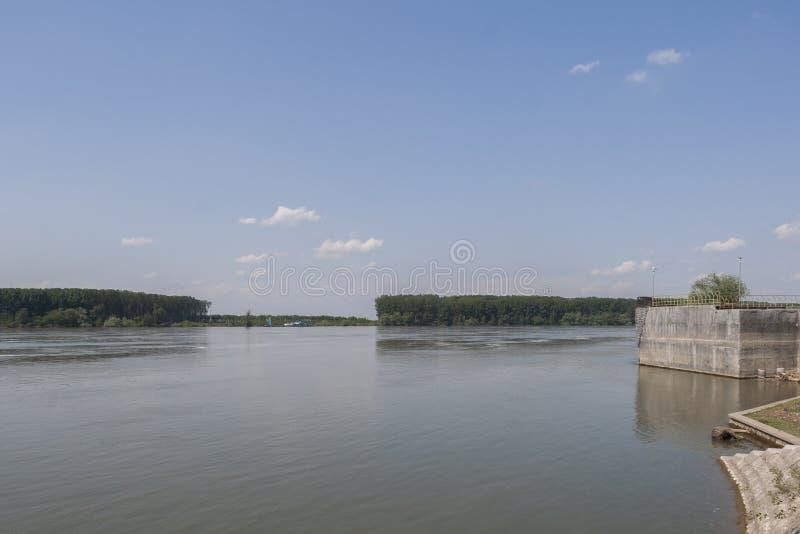 Danube River som passerar till och med staden av Silistra, Bulgarien royaltyfria foton