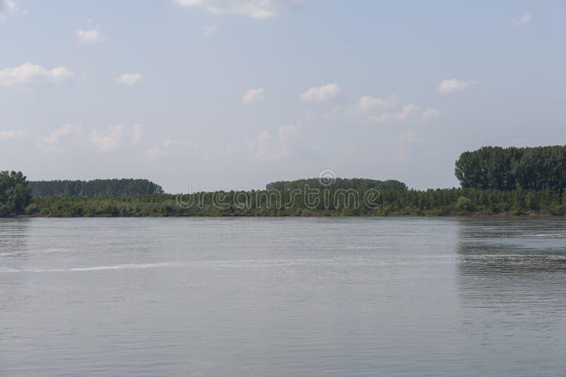 Danube River som passerar till och med staden av Silistra, Bulgarien arkivbild
