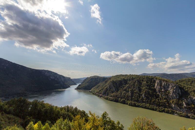 Danube rzeka blisko Serbskiego miasta Donji Milanovac w Żelaznych bramach które są Danube wąwozami, także znać jako Djerdap, obrazy royalty free