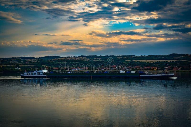 Danube rzeka przy zmierzchem z łodzią fotografia stock