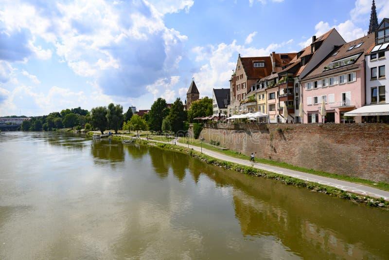 Danuber riverfront in Ulm, Beieren, Zuiden van Duitsland stock afbeelding