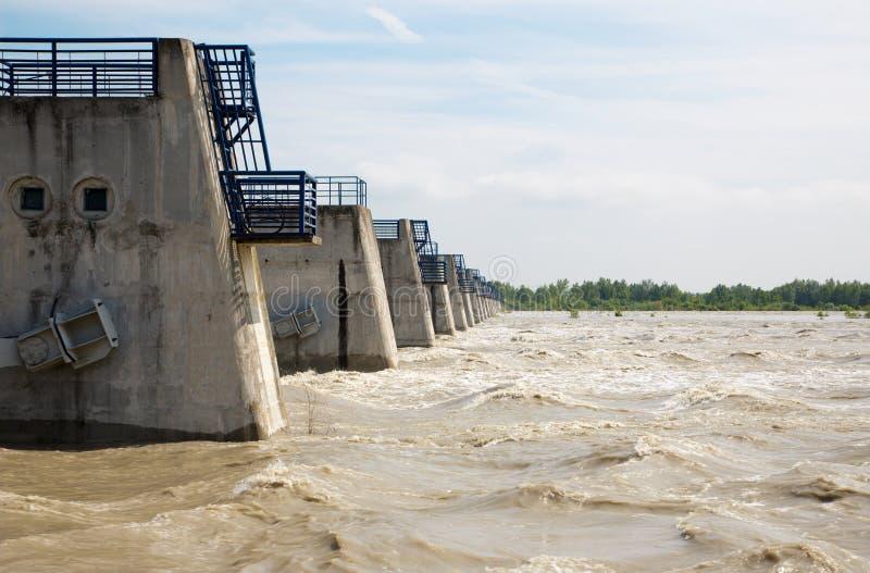 Danubio agita en la inundación por el agua medida más alta más allá de la presa de Cunovo imágenes de archivo libres de regalías