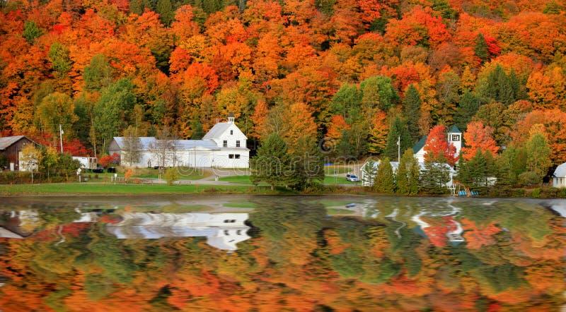 Danville Vermont kyrka från det Joes dammet royaltyfria bilder