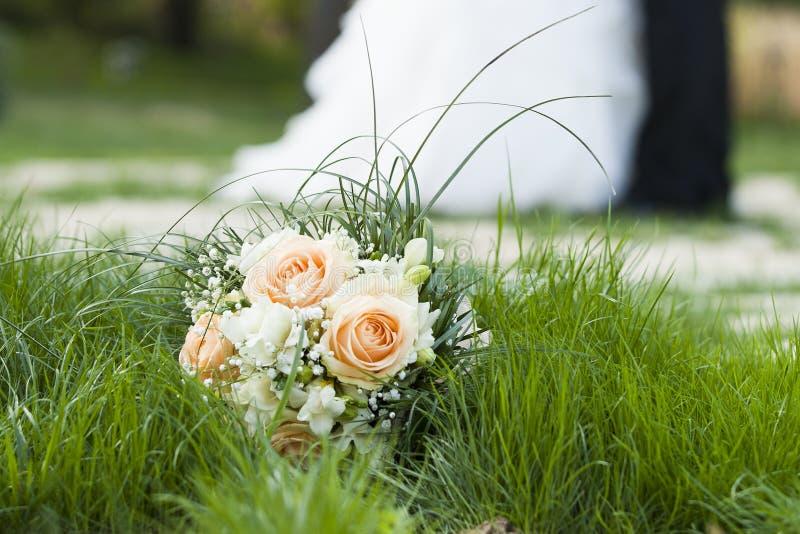 Danza, besos y ramo del día de boda de flor fotos de archivo