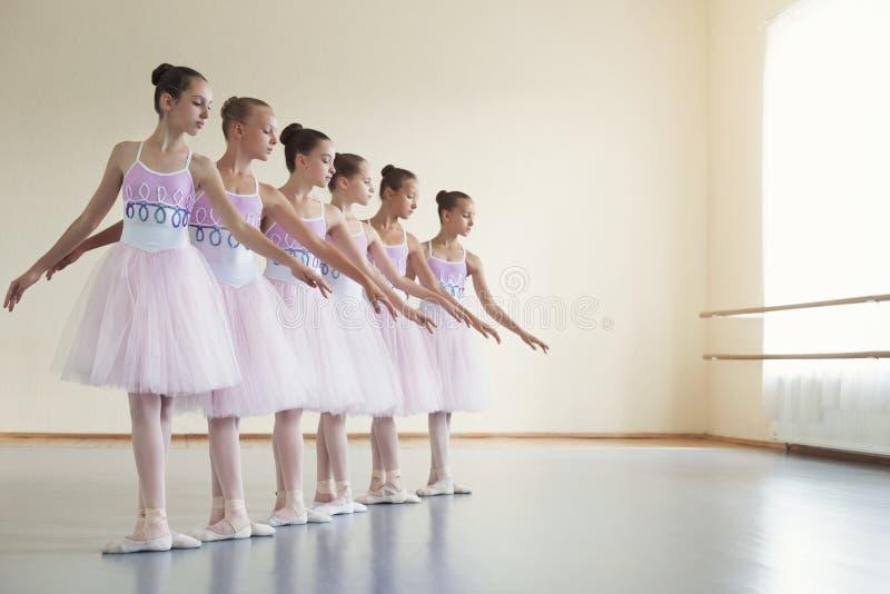 Danza Choreographed del grupo de bailarinas jovenes fotos de archivo libres de regalías