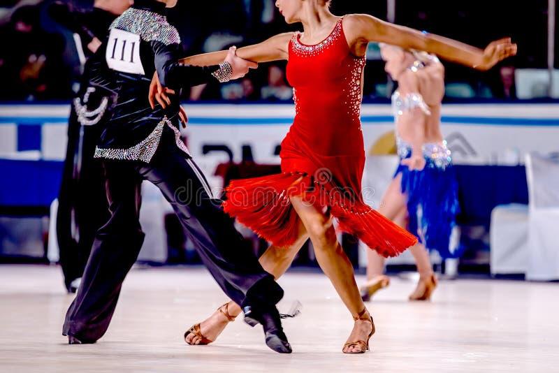 Danza competitiva de los hombres y de las mujeres jovenes de los atletas fotografía de archivo libre de regalías