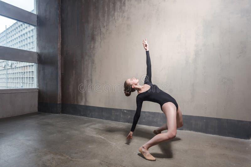 Danza, concepto del movimiento Baile rubio de la mujer en el st contemporáneo fotografía de archivo libre de regalías